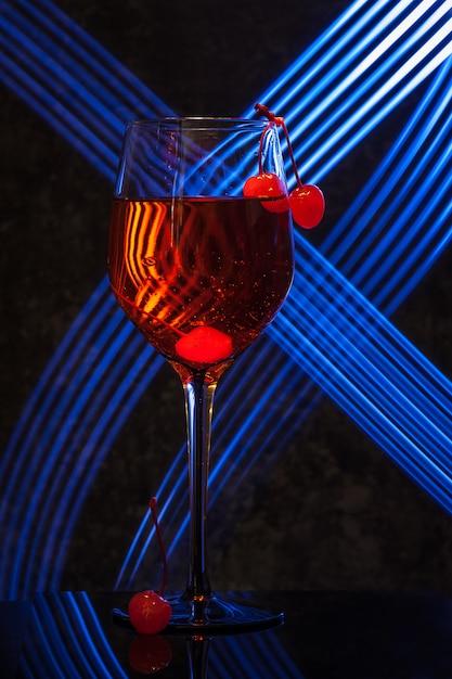 Glas aperol spritz cocktail met kersen Premium Foto