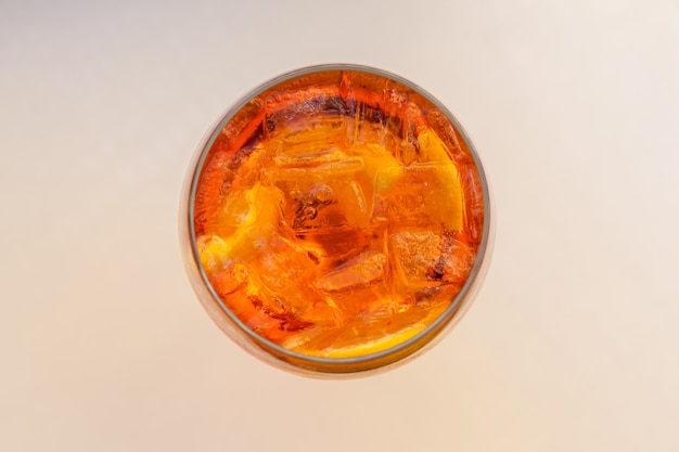 Glas aperol spritz cocktail. Premium Foto