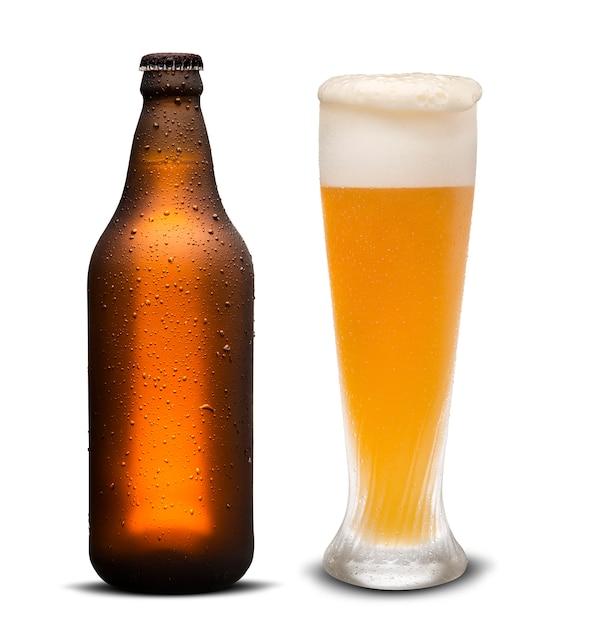 Glas bier en bruine fles met druppels geïsoleerd op een witte achtergrond. Premium Foto