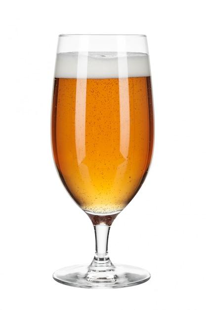Glas bier op een wit wordt geïsoleerd dat Premium Foto
