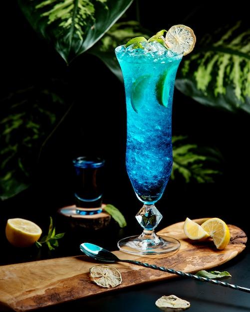 Glas blauwe lagune gegarneerd met schijfjes limoen Gratis Foto