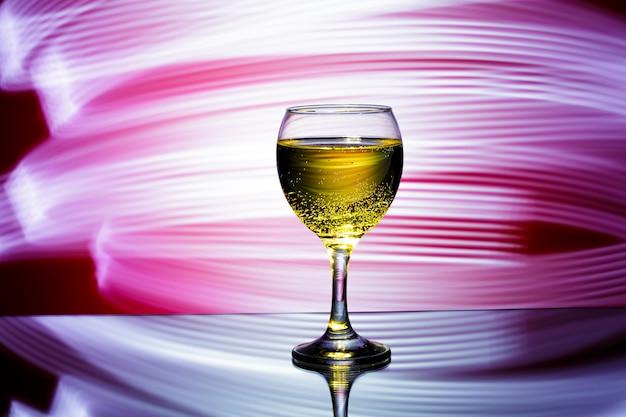 Glas champagne op rood Premium Foto