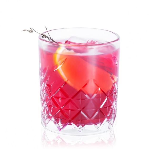 Glas cocktail met bezinning op wit wordt geïsoleerd dat Premium Foto