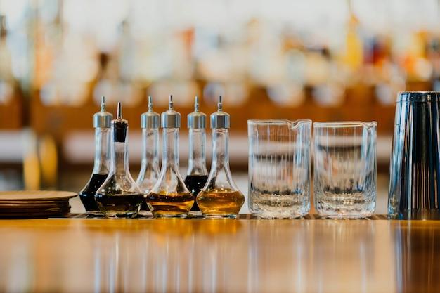 Glas en drankjes in een tafel Gratis Foto