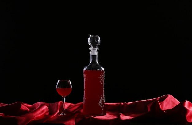 Glas en fles wijn op een donkere zijde als achtergrond Premium Foto