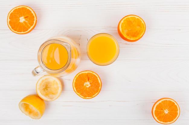 Glas en kruik met citrusvruchtensap Gratis Foto