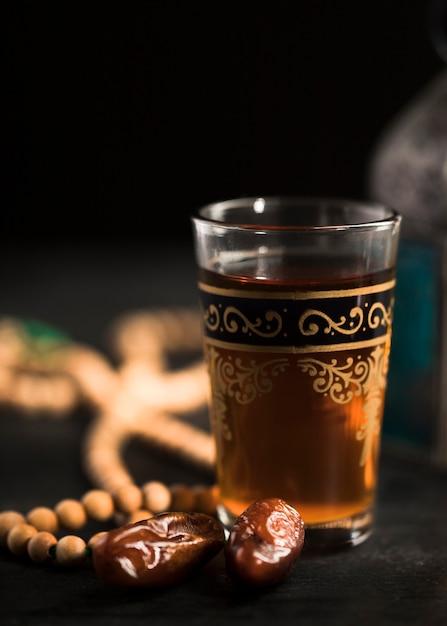 Glas en snacks voor ramadan dag Premium Foto