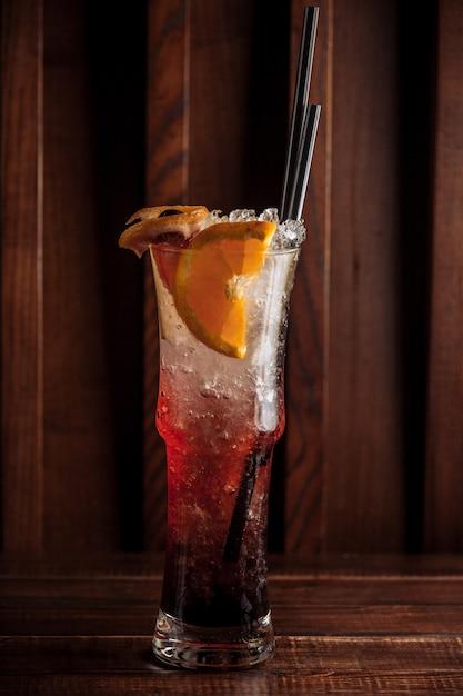 Glas fruitdrank met ijs en sinaasappelplakken Gratis Foto