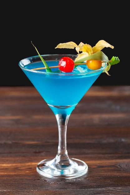 Glas heerlijke alcoholische cocktail op dark Premium Foto