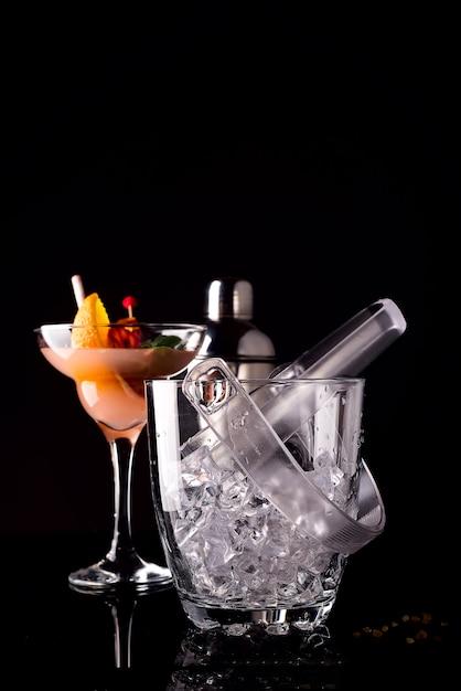 Glas ijsemmer en mohito cocktail in glas geïsoleerd op zwart Premium Foto