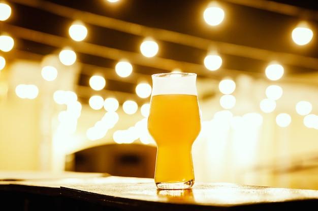 Glas kraftbier tegen bokehlichten Premium Foto