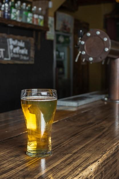 Glas met bier bij bar op lijst Gratis Foto