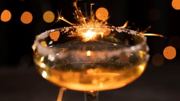 Glas met champagneclose-up Gratis Foto