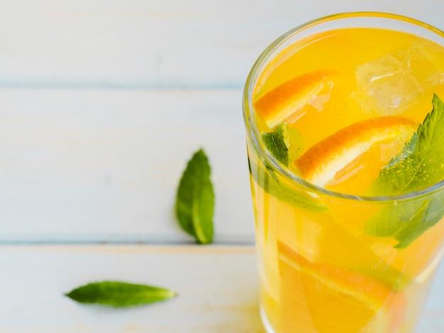 Glas met dauw bedekt jus d'orange met plakken en munt Gratis Foto