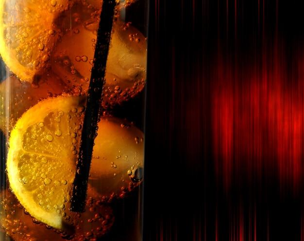 Glas met drankcokesijs en citroenen Premium Foto