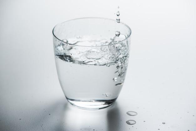 Glas met zuiver water Premium Foto