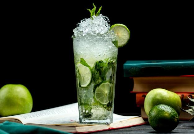 Glas mojito met limoen, munt en ijs Gratis Foto