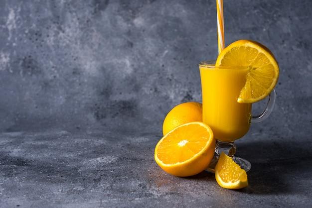 Glas vers sinaasappelsap, rijp oranje fruit en plakjes Premium Foto