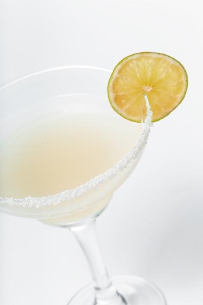 Glas verse cocktail op wit Premium Foto