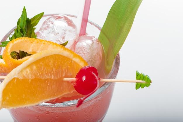 Glas verse cocktail Premium Foto