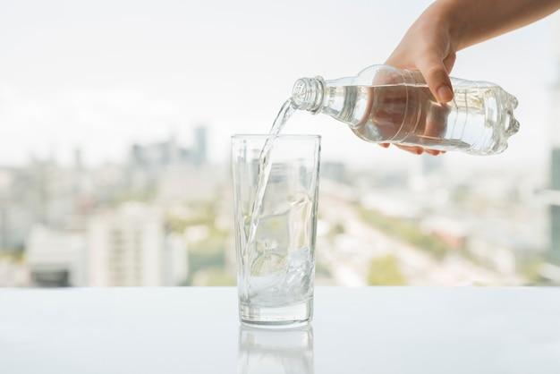 Glas water dat wordt gevuld Gratis Foto