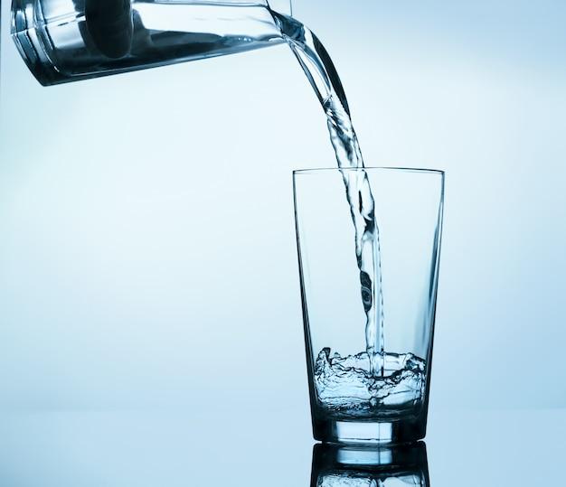 Glas water invullen Premium Foto