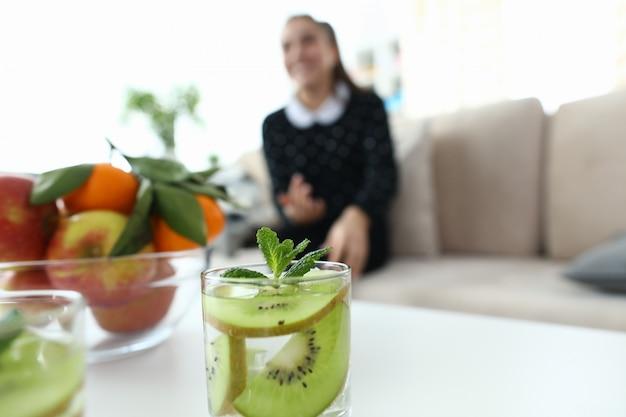 Glas water met kiwi en munt Premium Foto