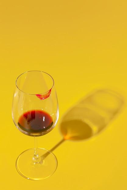 Glas wijn met lippenstiftvlek Gratis Foto