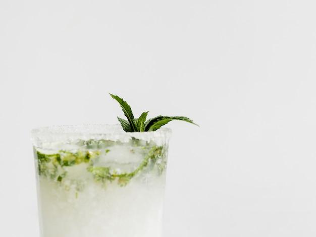Glas witte cocktail met pepermunt en gesuikerde rand Gratis Foto