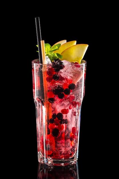 Glas zwarte bessen, appel en cranberry ijs limonade geïsoleerd Premium Foto