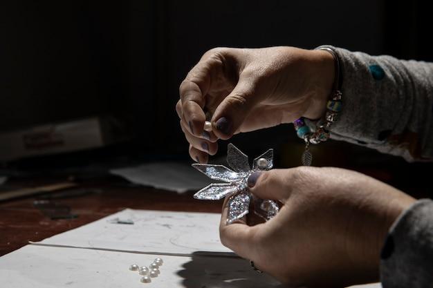 Glasornament maken in het atelier. Gratis Foto