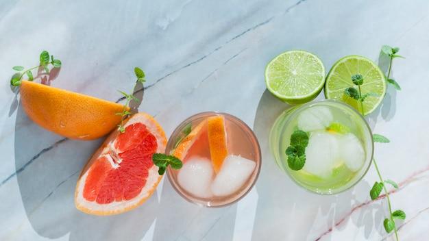 Glazen citrus drank met gesneden fruit Gratis Foto