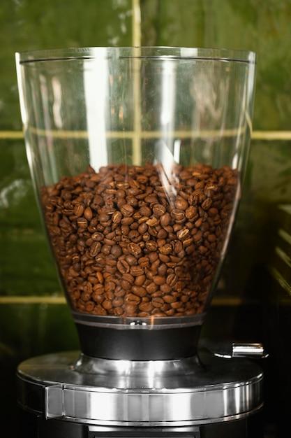 Glazen container met koffiebonen Gratis Foto