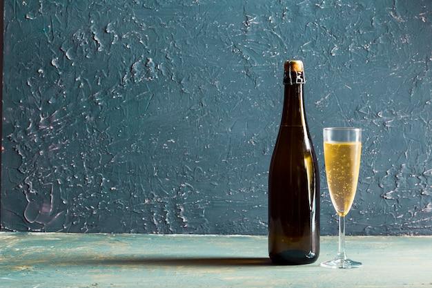 Glazen en een fles champagne Premium Foto