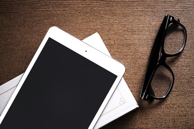 Glazen en een tablet Gratis Foto
