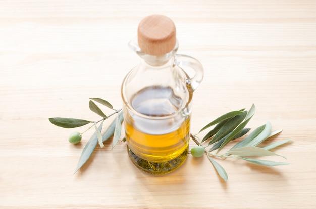 Glazen fles olijfolie. Gratis Foto