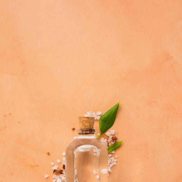 Glazen fles op oranje achtergrond met kopie ruimte Gratis Foto