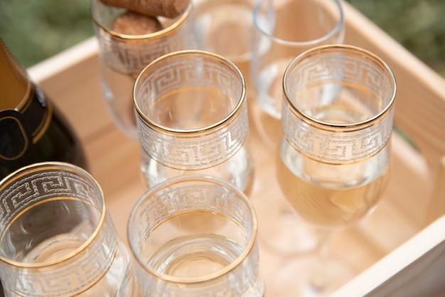 Glazen gevuld met champagne in houten krat Gratis Foto