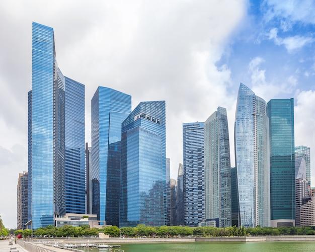 Glazen hoge wolkenkrabbers in het centrum van singapore aan de waterkant Premium Foto