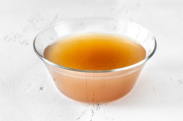 Glazen kom rundvlees bot bouillon op witte tafel Premium Foto