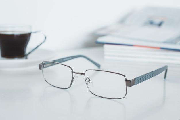 Glazen met boek en koffie Premium Foto