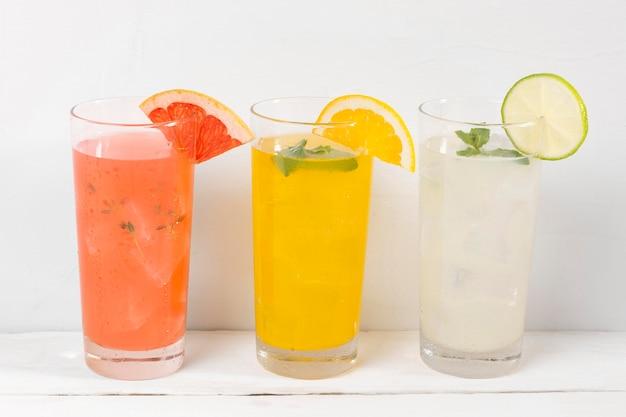 Glazen met fruitige drankjes Gratis Foto