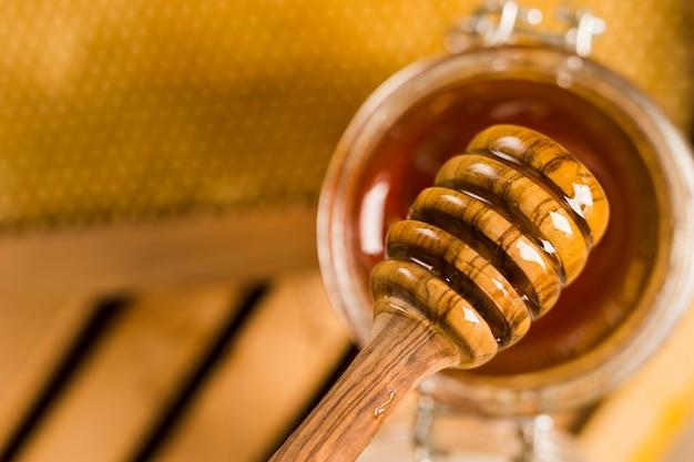 Glazen pot vol honing met honinglepel Gratis Foto