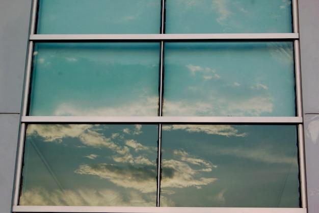 Glazen ramen weerspiegelen de schaduw van de lucht. Premium Foto