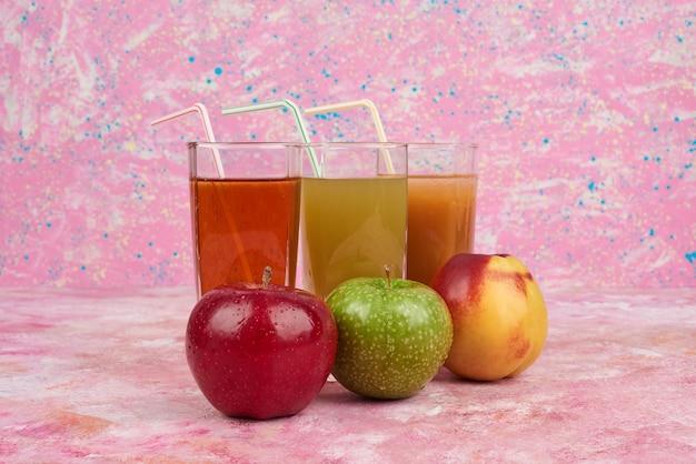 Glazen sap met appel en perzik. Gratis Foto