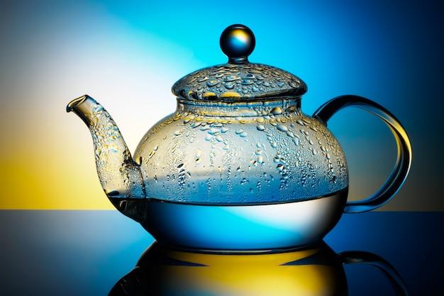 Glazen theepot met kokend water en condensdruppels Premium Foto