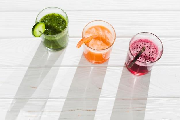 Glazen veelkleurige smoothie op tafel Gratis Foto