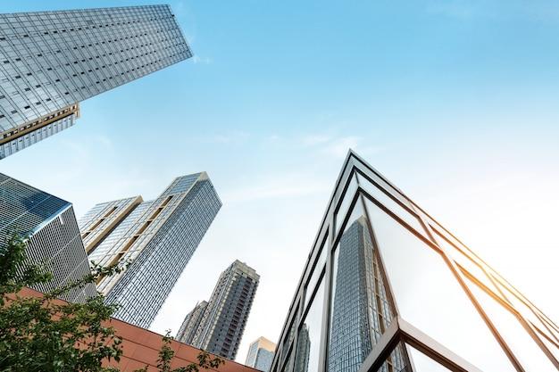 Glazen vliesgevel van wolkenkrabber in financieel centrum Premium Foto