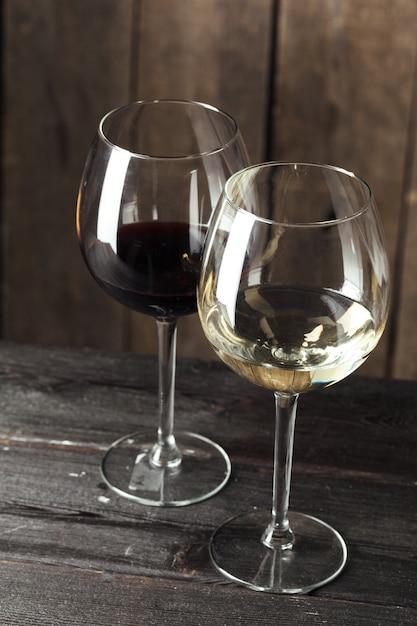 Glazen wijn op houten tafel Premium Foto