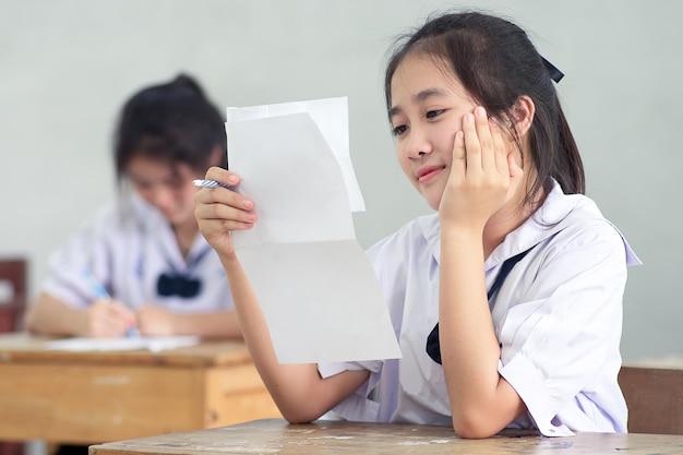 Glimlach jong meisje student lezen en schrijven examen zonder stress. Premium Foto